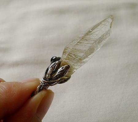 ヒマラヤ水晶ペンダント針金形状内包物入り048-9