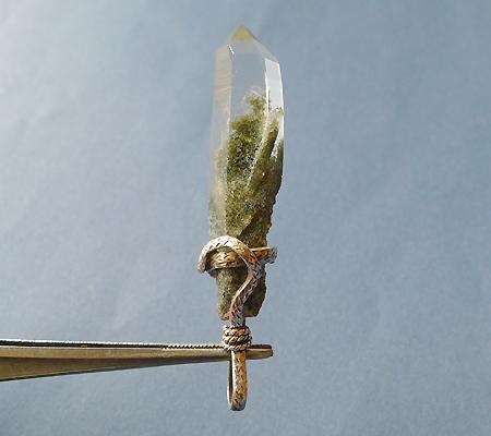 ヒマラヤ水晶ペンダント針金形状内包物入り049-3
