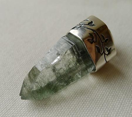 ヒマラヤ水晶ペンダント針金形状内包物入り050-6