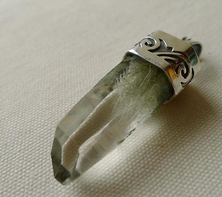 ヒマラヤ水晶ペンダント針金形状内包物入り051-4