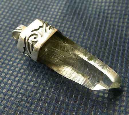 ヒマラヤ水晶ペンダント針金形状内包物入り051-7