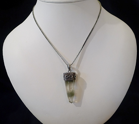 ヒマラヤ水晶ペンダント針金形状内包物入り054-11