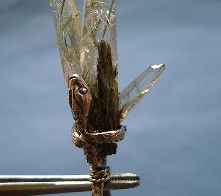 ヒマラヤ水晶ペンダント針金形状内包物入り058-4