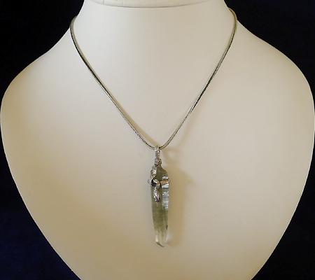 ヒマラヤ水晶ペンダント針金形状内包物入り062-11