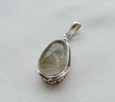 ヒマラヤ水晶ペンダント針金形状内包物入り068-6
