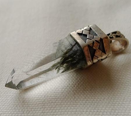 ヒマラヤ水晶ペンダント針金形状内包物入り071-4