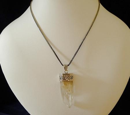 ヒマラヤ水晶ペンダント針金形状内包物入り072-11