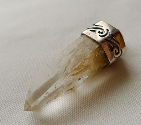 ヒマラヤ水晶ペンダント針金形状内包物入り072-4