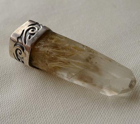 ヒマラヤ水晶ペンダント針金形状内包物入り072-5