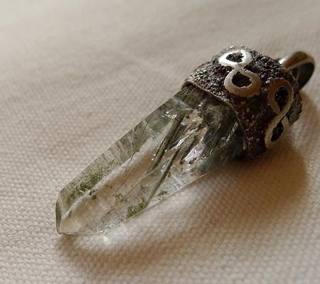 ヒマラヤ水晶ペンダント針金形状内包物入り075-6