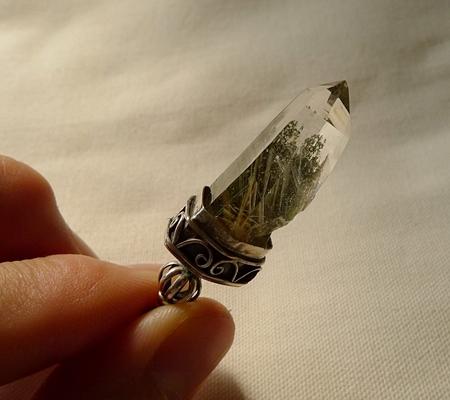 ヒマラヤ水晶ペンダント針金形状内包物入り077-8