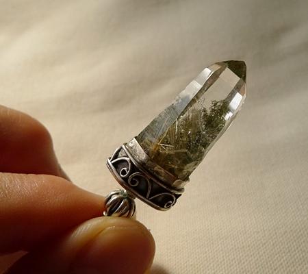 ヒマラヤ水晶ペンダント針金形状内包物入り077-9