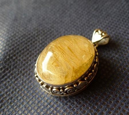 ヒマラヤ水晶ペンダント針金形状内包物入り082-4