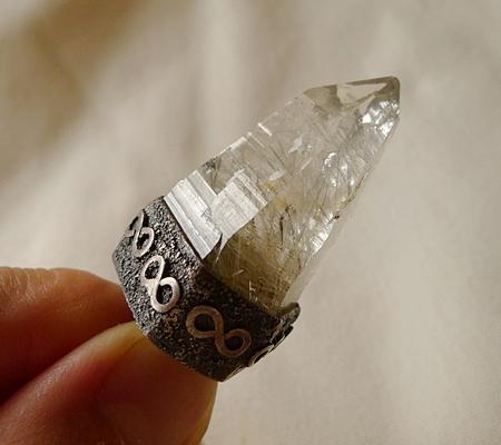ヒマラヤ水晶ペンダント針金形状内包物入り084-7